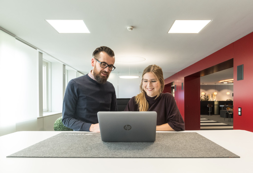 Mitarbeiterbesprechung am Laptop