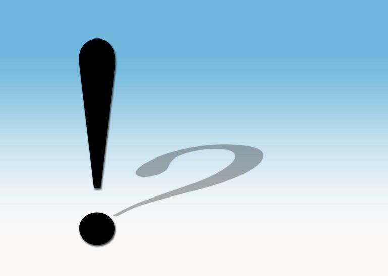 Ausrufezeichen und Fragezeichen auf blauem Grund