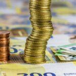 Münzentürme auf Geldscheinen